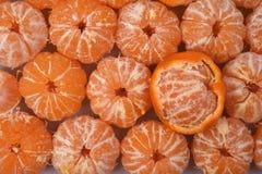 Verkliga nya röda tangerin som skalas, är en stor hög Fotografering för Bildbyråer