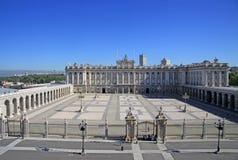 Verkliga Palacio - Royal Palace i Madrid Sikt uppifrån av Almudena Cathedral Fotografering för Bildbyråer