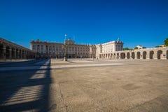 Verkliga Palacio - spansk kunglig slott i Madrid Royaltyfria Bilder