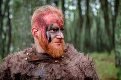Verkliga viking med många träd omkring royaltyfri bild