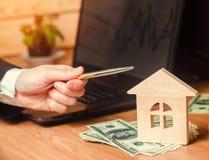 verkligt begreppsgods försäljning eller hyra av hus, lägenhethyra fastighetsmäklare för begreppsdollaren för 100 bills det gjorda Royaltyfri Fotografi