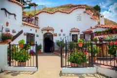 Verkligt berömt traditionellt hus i grottan, Guadix, Spanien, Europa royaltyfri bild