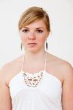 Verkligt folk stående: Allvarlig ung blond kvinna Royaltyfria Bilder