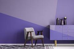 Verkligt foto av en grå färg, träfåtölj på mönstrat, svart och wh arkivbild