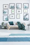 Verkligt foto av en soffa med kuddar och ett filtanseende between arkivfoton