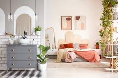 Verkligt foto av ett badrumutrymme med ett skåp, en handfat och ett a arkivbild