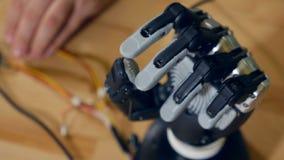 Verkligt innovativt bioniskt cybernetic göra en gest för man Futuristiska armflyttningfingrar arkivfilmer
