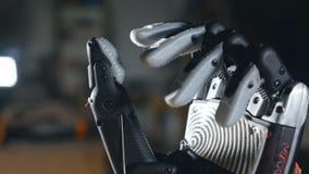 Verkligt innovativt bioniskt cybernetic göra en gest för man Futuristiska armflyttningfingrar close upp arkivfilmer