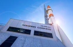 Verkligt Soyuz rymdskepp som monumentet och museet Samara Cosmos fotografering för bildbyråer