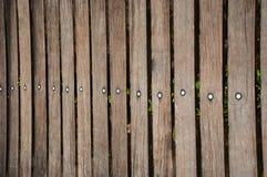 verkligt trä för mörkt staket Arkivbild