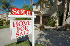 Verkocht Huis voor het Teken van de Verkoop & Huis stock afbeelding