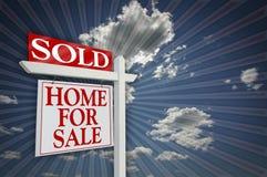 Verkocht Huis voor het Teken van de Verkoop op Hemel stock fotografie