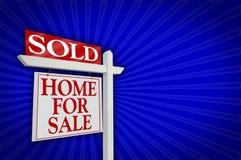 Verkocht Huis voor het Teken van de Verkoop, Uitbarsting royalty-vrije stock foto