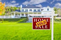 Verkocht Huis voor het Teken van de Verkoop voor Nieuw Huis Royalty-vrije Stock Foto's