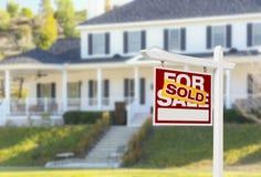 Verkocht Huis voor het Teken van de Verkoop voor Nieuw Huis Stock Foto