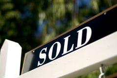 Verkocht teken voor huis of flatgebouw met koopflats Royalty-vrije Stock Afbeelding