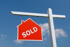 Verkochte het huis voorziet van wegwijzers Stock Foto