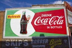 Verkohlen Sie das Werbeschild, das auf Gebäude in Berryville, Arkansas gemalt wird, Stockfoto