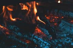 Verkoold hout in de brand Brandhout in heldere vlammen in D stock foto's