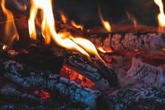 Verkoold hout in de brand Brandhout in heldere vlammen in D royalty-vrije stock foto