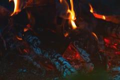 Verkoold hout in de brand Brandhout in heldere vlammen in D royalty-vrije stock afbeelding
