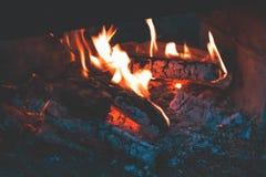 Verkoold hout in de brand Brandhout in heldere vlammen in D royalty-vrije stock fotografie