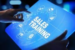 Verkoop, bedrijfsontwikkeling en financieel de groeiconcept die op het virtuele scherm opleiden royalty-vrije stock afbeelding