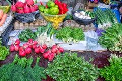 Verkoop in de markt van greens en groenten royalty-vrije stock afbeeldingen