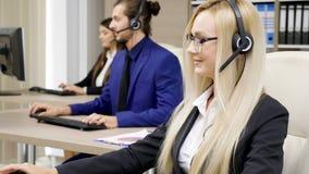 Verkoop die team in het bureau op de markt brengen die op de hoofdtelefoonreeks spreken stock footage