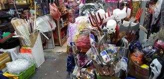 Verkoop in een winkel vóór Joodse purimmaskerade stock foto