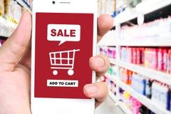 Verkoop en het winkelen online concept op het slimme telefoonscherm, e -e-comme Royalty-vrije Stock Foto's