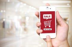 Verkoop en het winkelen online concept op het slimme telefoonscherm over blu Royalty-vrije Stock Afbeeldingen
