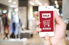Verkoop en het winkelen online concept op het slimme telefoonscherm over blu Stock Foto's