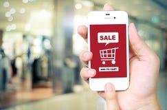 Verkoop en het winkelen online concept op het slimme telefoonscherm over blu Royalty-vrije Stock Foto's