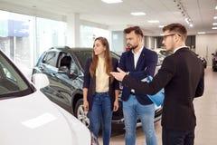 Verkoop, huurauto's Een autohandelaar verkoopt auto's aan klanten royalty-vrije stock afbeeldingen