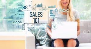Verkoop 101 met vrouw die laptop met behulp van stock foto