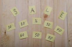 Verkoop op een houten achtergrond Stock Foto's