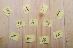 Verkoop op een houten achtergrond Stock Foto