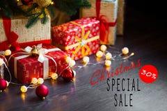 Verkoop op Kerstmis en Nieuwjaarvakantie Feestelijke decoratie met informatieve inschrijving van 30 percentenkorting voor Royalty-vrije Stock Foto
