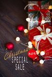 Verkoop op Kerstmis en Nieuwjaarvakantie Feestelijke decoratie met informatieve inschrijving van 30 percentenkorting voor Royalty-vrije Stock Fotografie