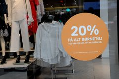 20% VERKOOP OP KINDERENdoeken IN H&M-OPSLAG Royalty-vrije Stock Foto