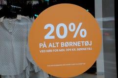 20% VERKOOP OP KINDERENdoeken IN H&M-OPSLAG Stock Afbeelding
