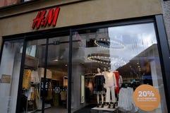 20% VERKOOP OP KINDERENdoeken IN H&M-OPSLAG Stock Foto