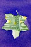 Verkoop promotieteken in een vorm van bladeuro Stock Afbeeldingen