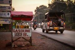 Verkoop van benzine in flessen dichtbij de weg Stock Afbeelding
