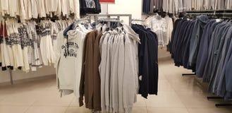 Verkoop van de kleding van mensen in de opslag Zolla royalty-vrije stock afbeelding