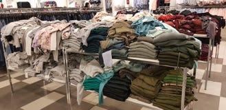 Verkoop van de kleding van vrouwen in de opslag Zolla royalty-vrije stock foto