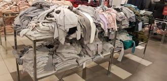 Verkoop van de kleding van vrouwen in de opslag Zolla royalty-vrije stock fotografie