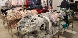 Verkoop van de kleding van vrouwen in de opslag Zolla royalty-vrije stock foto's