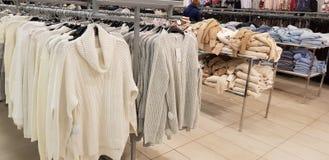 Verkoop van de kleding van vrouwen in de opslag Zolla stock afbeeldingen